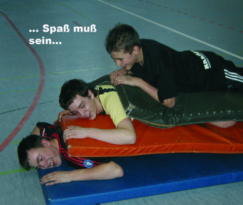 Mattenstapel mit Christo, Peter und Lutz